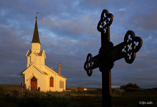 Nessbyn kirkko iltavaloissa