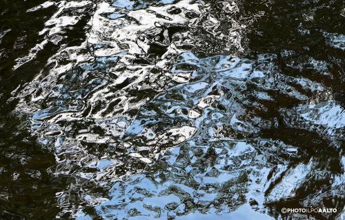 Pilvitaivasta puron pinnalta