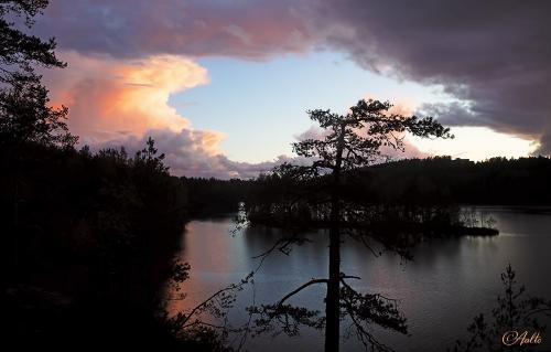 Punainen pilvi Laajalammen maisemassa.