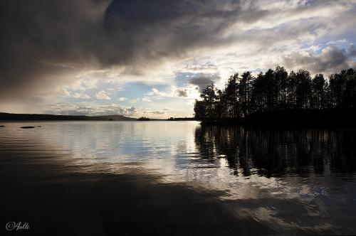 Tumma sadepilvet väistyvät ja sininen taivas paljastuu